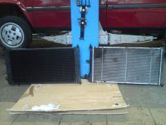 Vergleich Standard- gegen Hochleistungskühler: links das maßgefertigte Hochleistungsexemplar, rechts der Standardkühler.