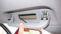 Abdeckungen über den Schrauben des Haltegriffes entfernen