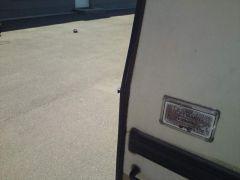 """Vom Heck des Wohnwagens betrachtet siehts noch recht harmlos aus - nur die kleine """"Scharte"""" auf Höhe des Knickes an der Aluprofilleiste."""