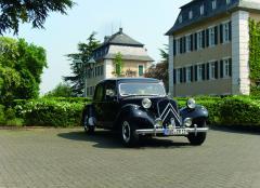 Citroën 11CV BN vor Schloss Johannisberg.jpg